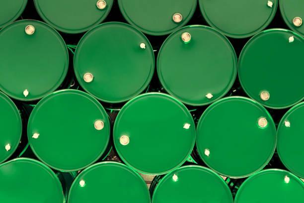 chemische tanks aus grünem stahl oder öltanks, die in reihe gestapelt sind. - opec stock-fotos und bilder