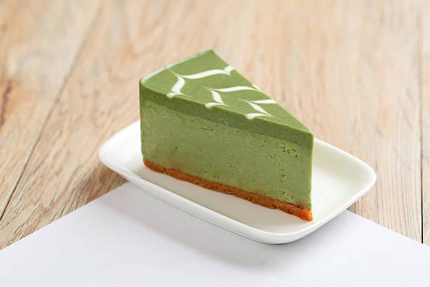 grünem tee, käsekuchen (with pfad) - grüntee kuchen stock-fotos und bilder