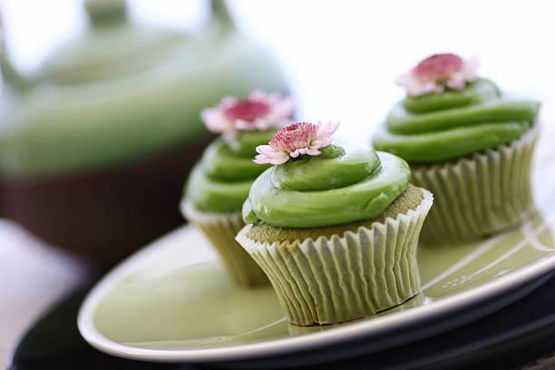 grüner tee cupcakes &-teekanne - grüntee kuchen stock-fotos und bilder