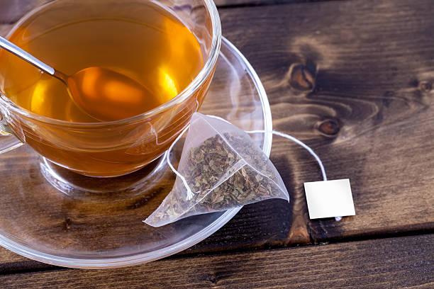 grüner tee in glas teacup-englische redewendung - grüner tee koffein stock-fotos und bilder
