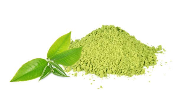 grönt te blad och matcha pulver isolerad på vit bakgrund - spirulinabakterie bildbanksfoton och bilder