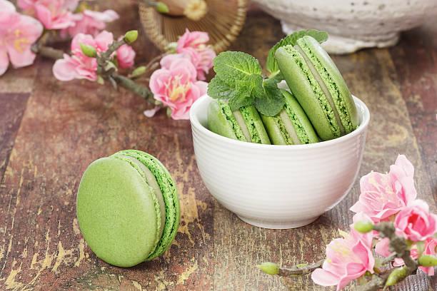 green tee makronen - grüntee kuchen stock-fotos und bilder