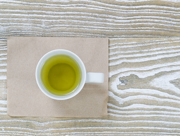 grüner tee auf alten holz - grüner tee koffein stock-fotos und bilder