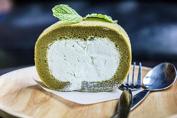green tea roll cake - grüntee kuchen stock-fotos und bilder