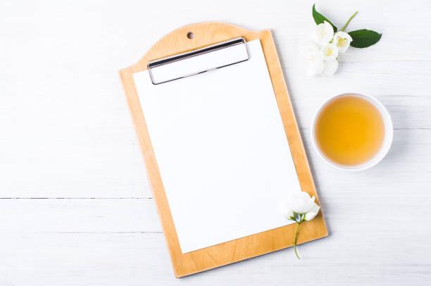 grüner tee mit jasmin in weiße tassen. negativer raum für text oder design - jasmin party stock-fotos und bilder