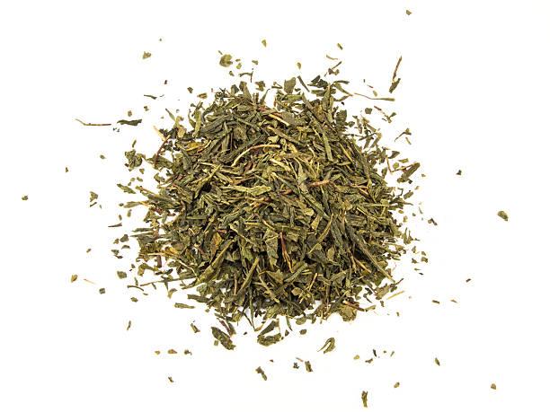 grüner tee mit blatt isoliert auf weißem hintergrund - grüner tee koffein stock-fotos und bilder