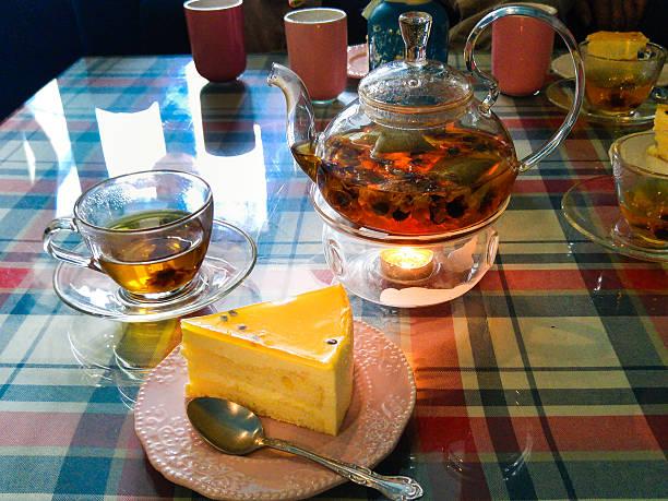 green teekanne kettle auf dem tisch mit kerzen - jasmin party stock-fotos und bilder