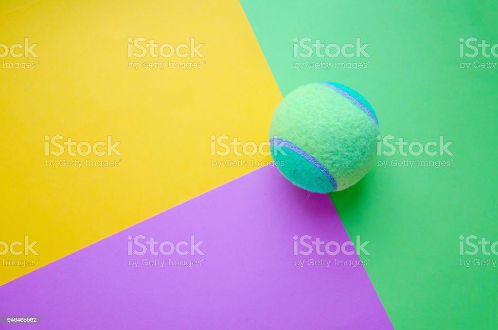 balle de tennis vert sur fond de papier pastel - Photo
