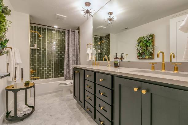 azulejo verde dá beleza e charme único para este banheiro do porão - banheiro instalação doméstica - fotografias e filmes do acervo