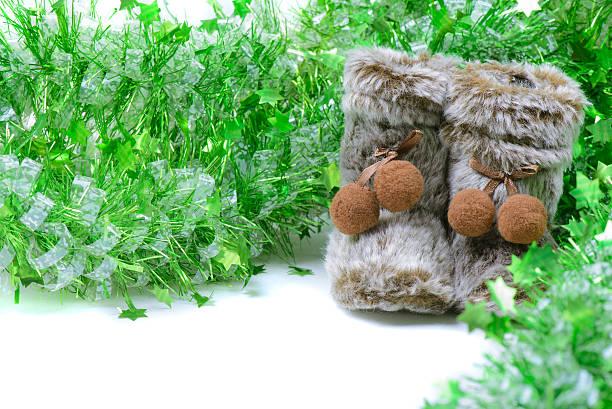 green lametta mit schneestiefel dekoration - lammfellstiefel stock-fotos und bilder