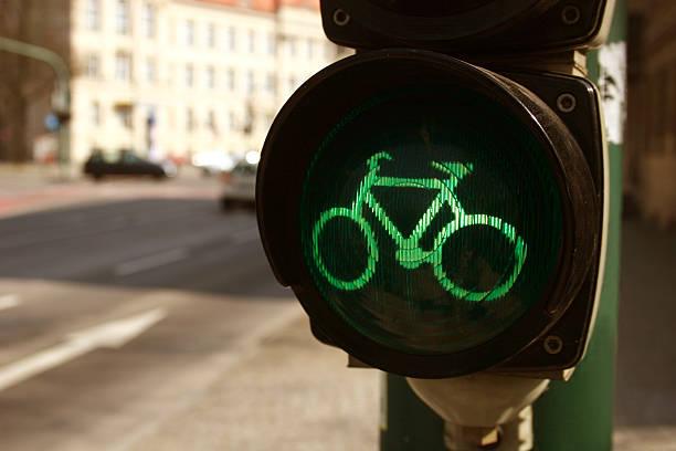 grüne ampel für fahrräder - andreas weber stock-fotos und bilder