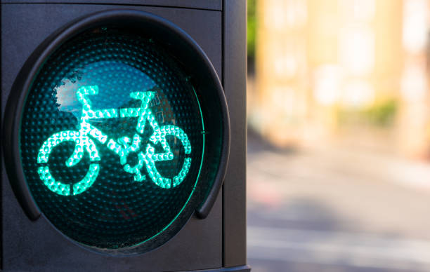 grüne ampel für radfahrer - fahrradwege stock-fotos und bilder