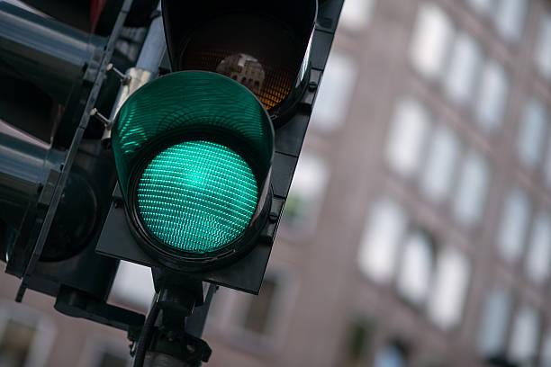 grüne ampel - ampel stock-fotos und bilder