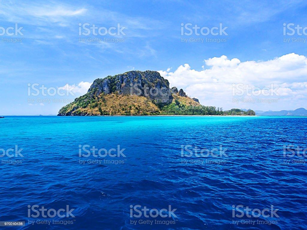arbre vert sur l'île au milieu de l'océan d'un bleu profond photo libre de droits