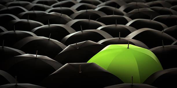 Grünen Regenschirm in blacks – Foto