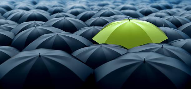 grünen regenschirm - individualität stock-fotos und bilder