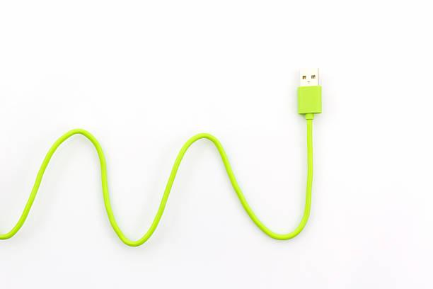 green usb-kabel mit deinem smartphone. - usb kabel stock-fotos und bilder