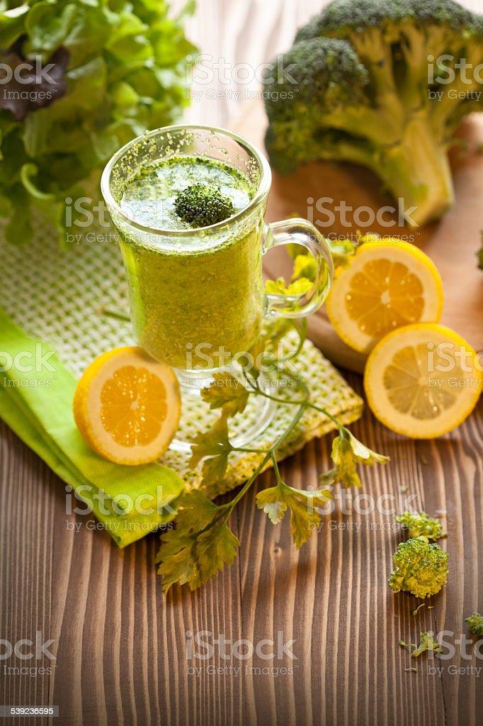 Verde batido vegetal bebida con brocolli foto de stock libre de derechos