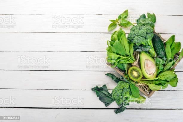 Foto de Frutas E Vegetais Verdes Sobre Um Fundo Branco De Madeira Alimentação Saudável Vista Superior Copie O Espaço e mais fotos de stock de Alface