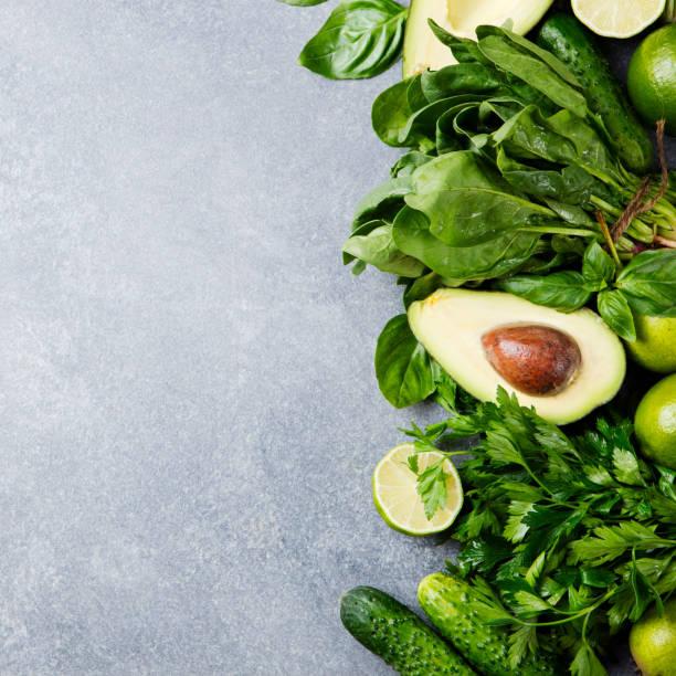 grüne gemüse und kräuter sortiment stein grau unterlegt. ansicht von oben. textfreiraum - spinatsuppe stock-fotos und bilder
