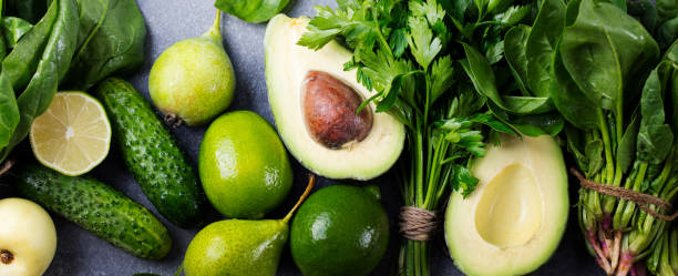 Assortiment de légumes et herbes aromatiques vert sur fond gris pierre. Vue de dessus. Espace copie - Photo