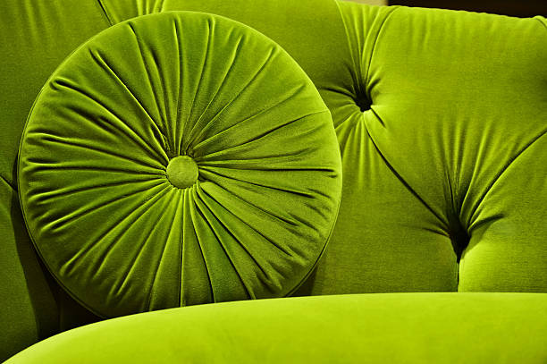 green velvet couch with cushion - grüner kissen stock-fotos und bilder
