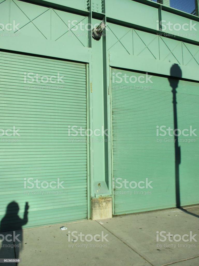 그림자와 녹색 벽 스톡 사진
