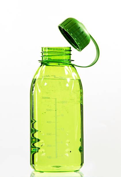 Botella de agua verde - foto de stock