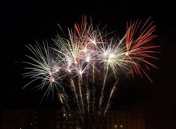 Fuochi d'artificio verdi, bianchi e rossi stock photo