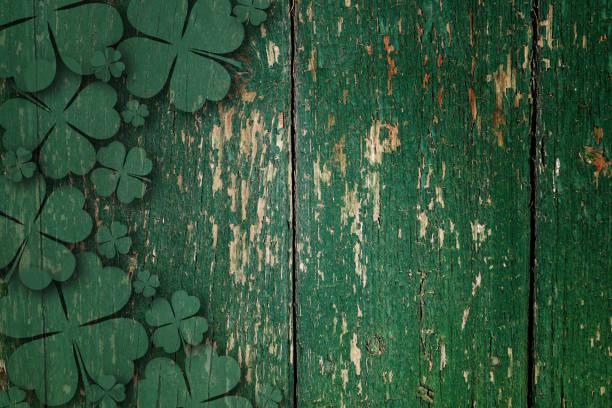 ahşap tahta üzerinde yeşil ahşap dört yaprak shamrocks - aziz patrik günü stok fotoğraflar ve resimler