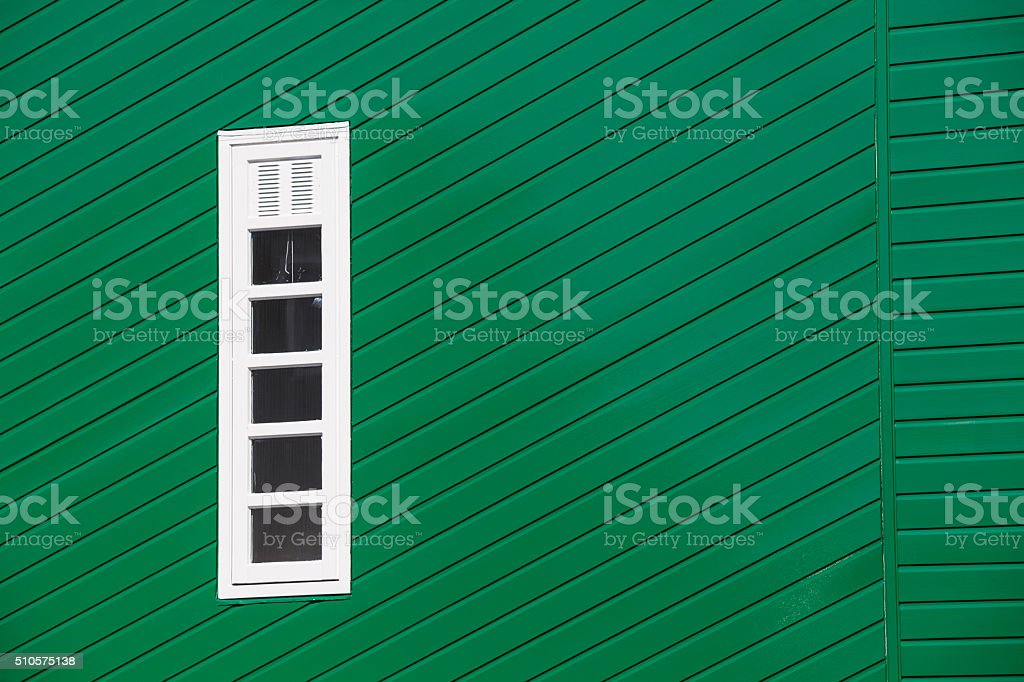 Vert mur en bois avec des fines rayures verticales fenêtre - Photo