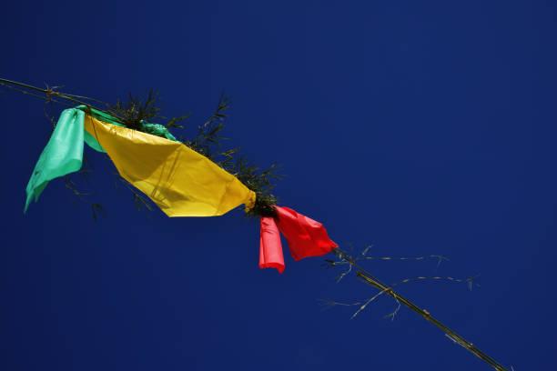 Bandeiras verdes, amarelas e vermelhas no céu azul, partido da rua para baixo em Brasil - foto de acervo