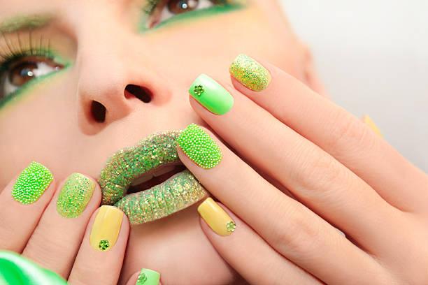 grün gelb-maniküre. - nageldesign trend stock-fotos und bilder