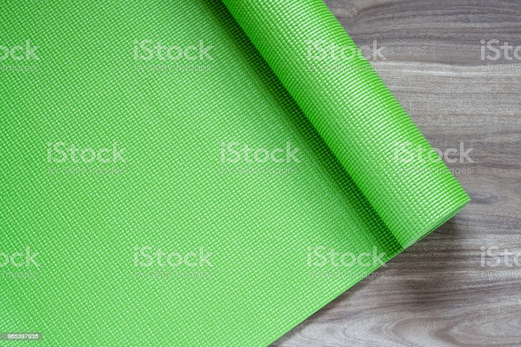 Green yoga mat on a wooden background, Top View with copy space. Actie healthy lifestyle background concept. zbiór zdjęć royalty-free