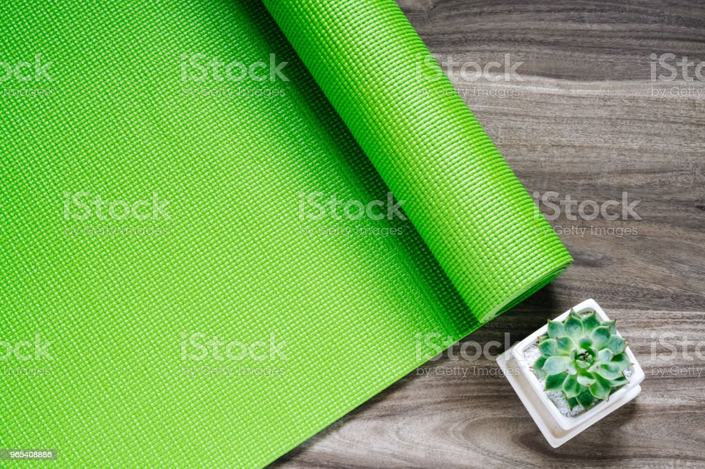 Green yoga mat on a wooden background with green Succulent pant, Top View with copy space. Active healthy relaxing lifestyle background concept. zbiór zdjęć royalty-free