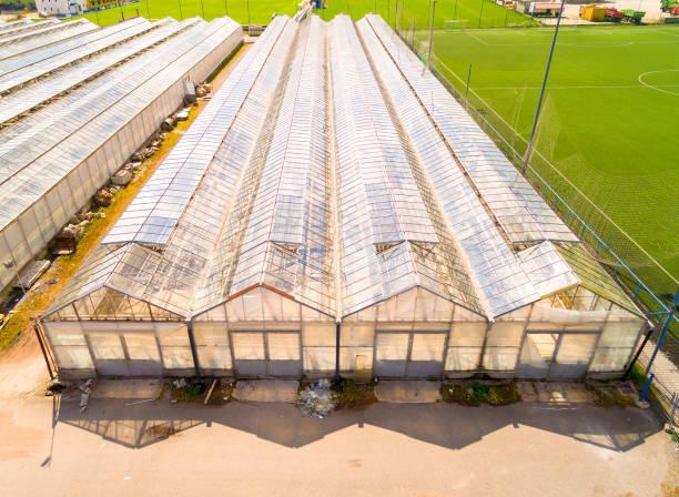 Gewächshaus für Blumen, Gemüse und Marihuana Anbau. Moderne Landwirtschaft von oben. Kamerafahrt über Garten. – Foto