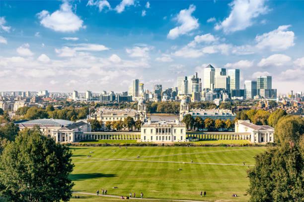 Greenwich-College mit dem Finanzviertel der Docklands im Hintergrund, Greenwich Park. – Foto
