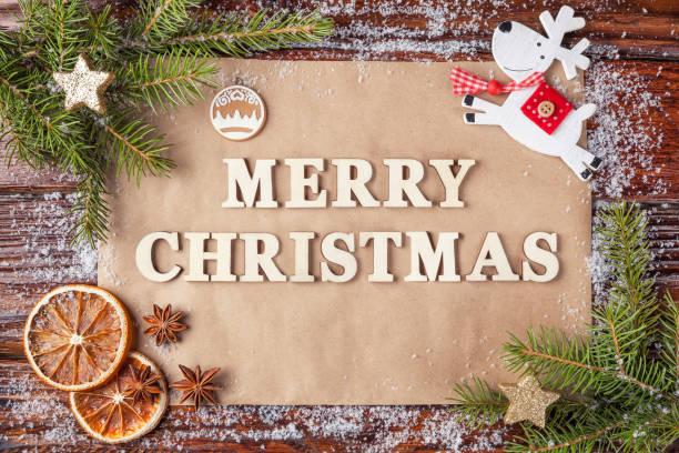 grußkarte für silvester mit aufschrift frohe weihnachten, gesäumt von vintage holzbuchstaben. - texte zu weihnachten stock-fotos und bilder