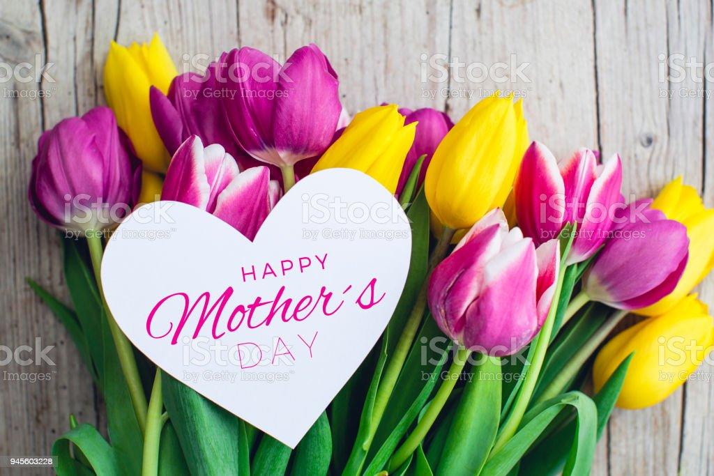 Grußkarte - Rosa und gelbe Tulpen auf einem hölzernen Hintergrund – Foto