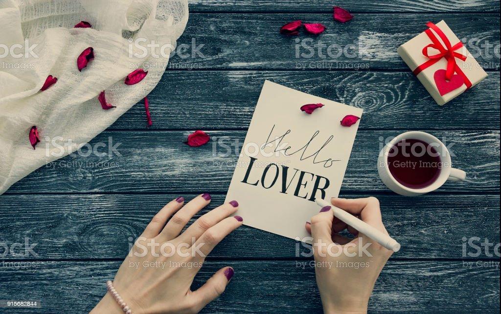 Photo Libre De Droit De Carte De Voeux Avec Valentin Femmes Mains écrire Un Papier à Lettre Pour La Saintvalentin Avec Un Message Passionné Bonjour
