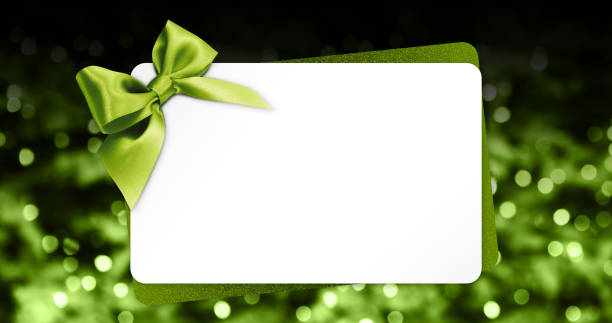 gruß geschenkkarte mit grüner schleife isoliert auf weihnachten lichter hintergrundunschärfe und weiße vorlage textfreiraum - gutschein weihnachten stock-fotos und bilder