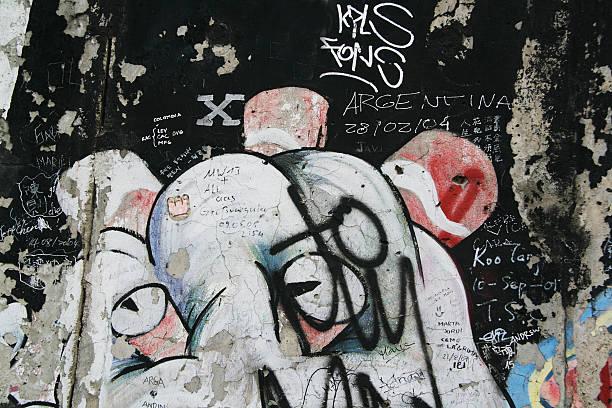 begrüßung und graffiti auf der berliner mauer in deutschland - trennungssprüche stock-fotos und bilder