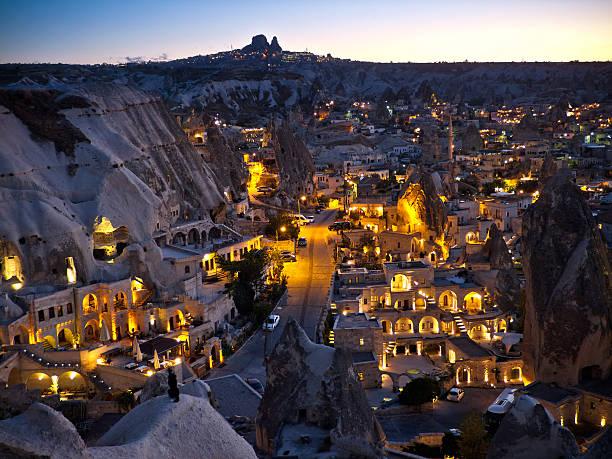 göreme, cappadocia in the evening - aardpiramide stockfoto's en -beelden