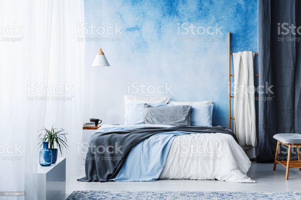 Gris Et Bleu Literie Sur Lit Dans Lu0027intérieur De La Chambre à Coucher  Spacieuse