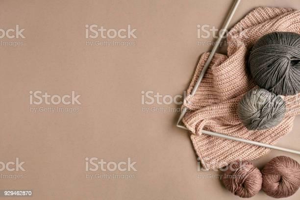 Grey and brown knitting wool and knitting on knitting needles on picture id929462870?b=1&k=6&m=929462870&s=612x612&h=efgohq zuszylfxrohvdujlwto70pbrbx55mi2kvxy0=