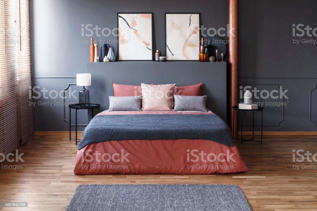 Chambre à Coucher Moderne Gris Et Rose Photo Libre De Droits
