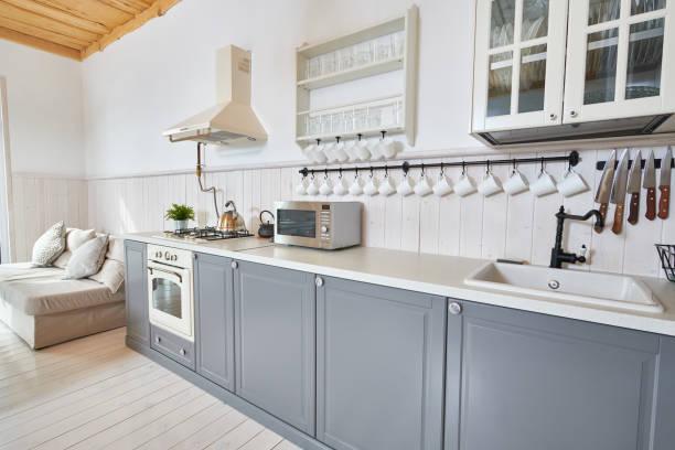 graue und weiße küche - landhausstil küche stock-fotos und bilder