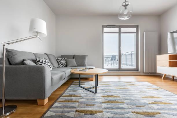 grau und weiß wohnzimmer - teppich geometrisch stock-fotos und bilder