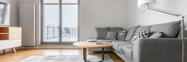 grau und weiß wohnzimmer - dekoration rund um den fernseher stock-fotos und bilder