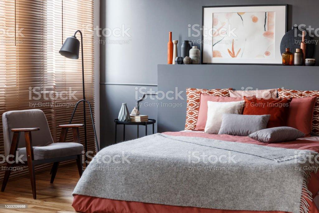 Graue Schlafzimmer Innenraum Mit Poster Stockfoto und mehr Bilder ...